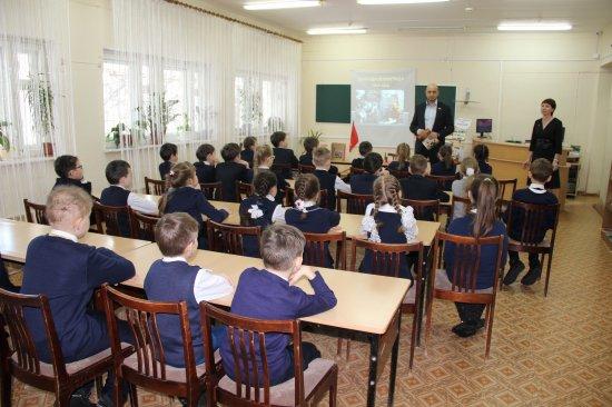 Алексей Мурыгин посетил детскую библиотеку им. В. Сухомлинского